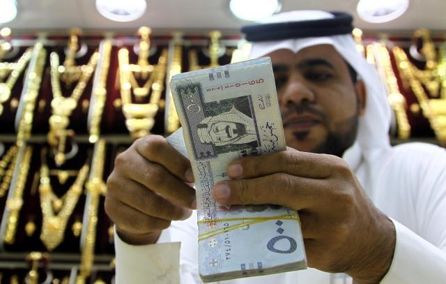 サウジアラビアの通貨リヤルを数える男性=2016年9月27日