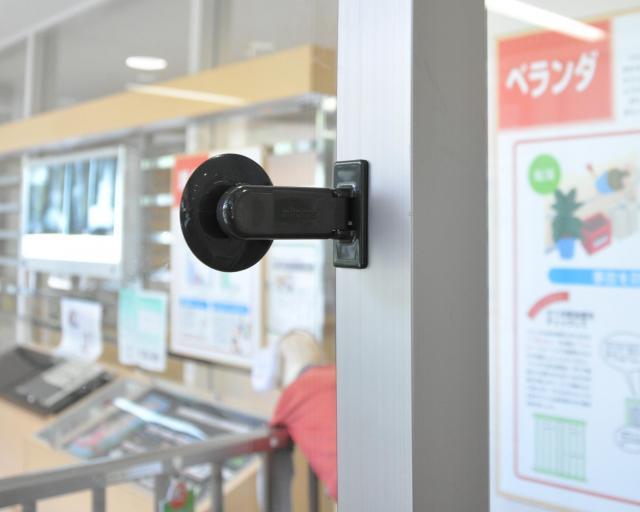 吸盤タイプのロックもある=子どもの事故予防のためのモデルルーム「京あんしんこども館」(京都市)