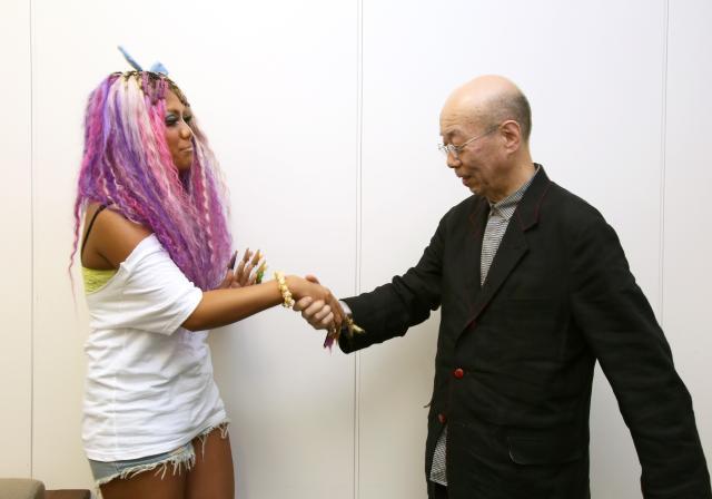 ぇりもっこりさんの長いネイルに興味津々の鷲田さん