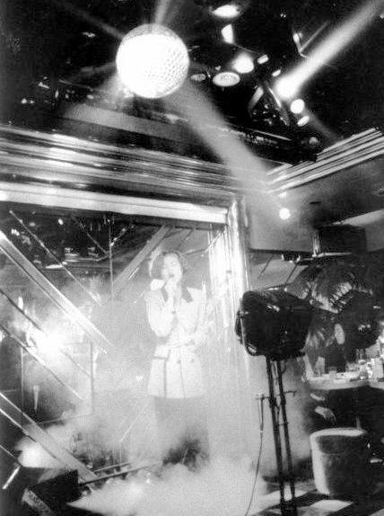 カラオケパブで使われるミラーボール=1992年、東京・渋谷