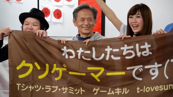ゲームイベントに参加した仁井谷正充さんとアイドルグループ「エレクトリックリボン」のericaさんら=4月29日、東京・千代田区
