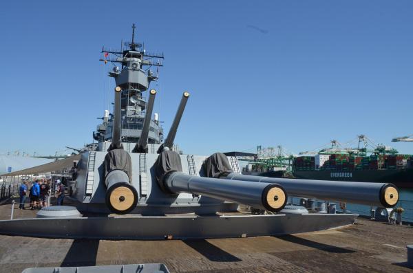 戦艦アイオワの主砲=米カリフォルニア・ロサンゼルス港、2016年3月23日、佐々木洋輔撮影