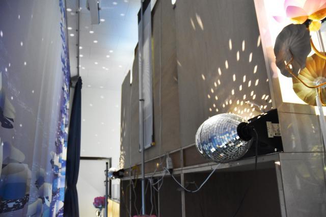 通夜会場の演出でミラーボールが使われ、祭壇の付近に光の粒を映す=滋賀県長浜市