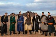 民族衣装に身を包んだハンガイの7人のメンバーたち