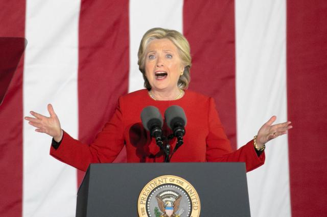 選挙戦の最終日に支持者へ訴えるヒラリー・クリントン氏=2016年11月7日