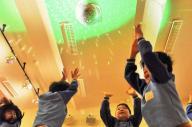 ミラーボールの光で遊ぶのは…園児たち。千里丘学園幼稚園では「表現活動」に取り入れている=大阪府吹田市