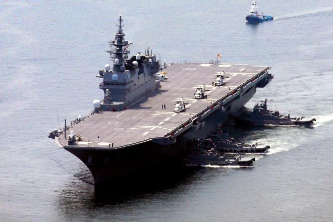 米補給艦を守りながら航行した海上自衛隊の護衛艦「いずも」=1日、神奈川県横須賀市沖