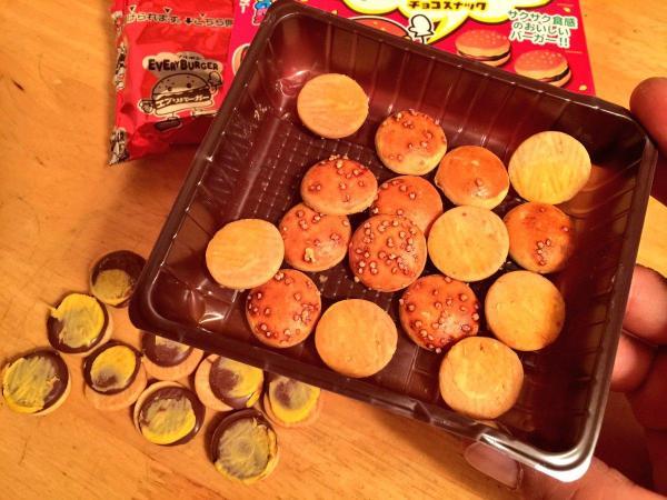 妻のお菓子「エブリバーガー」を開けて、中身をバンズのみにする