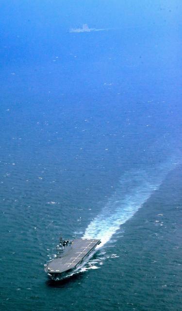 米艦防護の発令を受け、房総半島沖を航行する海上自衛隊の護衛艦「いずも」。後方は米海軍の補給艦=1日午後、朝日新聞社ヘリから