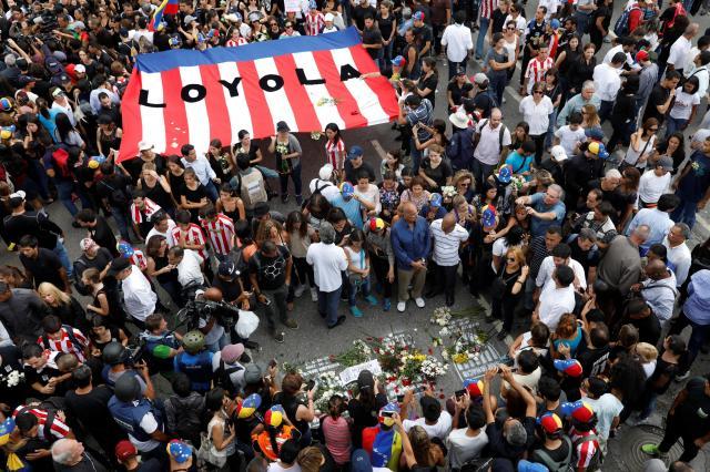 反政府デモの中で命を落とした人をいたむ参加者たち=2017年5月11日