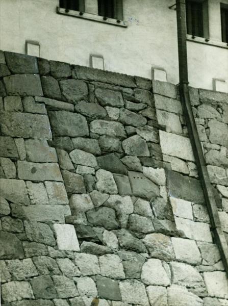 焼失前の名古屋城天守閣西側。石垣に穴を別の石で埋めた跡が残り、抜け穴の跡として話題になった。調査の結果、西側にも小天守を作って架橋する計画があり、その架橋用通路と判断された。