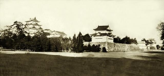 戦前の名古屋城本丸全景。左から天守閣、西南隅櫓(未申櫓)、表二之門、東南隅櫓(辰巳櫓)。名古屋城は明治以降、宮内省の名古屋離宮となったが、1930年、名古屋市に下賜され、1931年1月11日から一般公開された