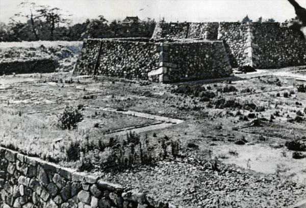 1945年5月14日未明の空襲で焼失、石垣だけが残った名古屋城。1946年ごろ撮影