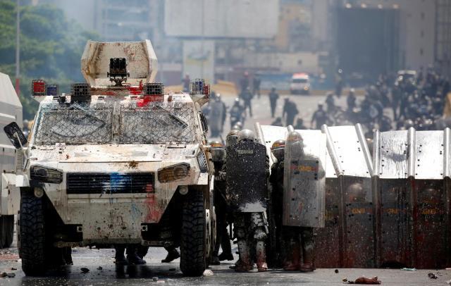 デモ鎮圧のために展開する装甲車と治安部隊=2017年5月10日