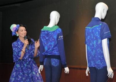自身がデザインした福井市自然史博物館分館「セーレンプラネット」の新しい制服の説明をする篠原ともえさん=5月6日、福井市中央1丁目
