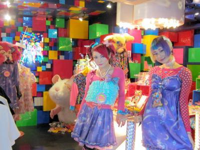 カラフルな「6%DOKIDOKI」の店内とショップガール=2016年4月2日、東京都渋谷区
