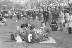 原宿・歩行者天国でのバンド演奏会では各グループが観客が集まるようにと、様々な趣向を凝らす。「一福茶屋」ではこたつを置き、演奏の合間に暖を取りながらファンとの会話を楽しんでいる=1995年1月29日、東京都渋谷区