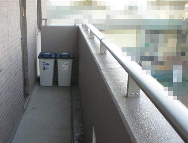 柵の近くにあるゴミ箱が踏み台になるかも=Safe Kids Japan提供(背景などを加工しています)
