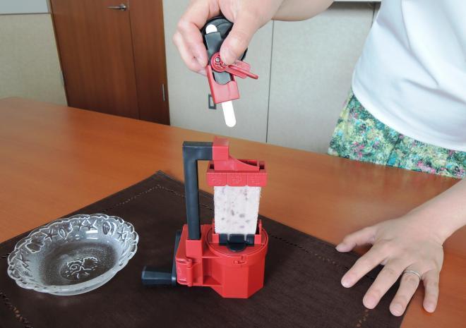 「ぬけるんバー」を使って、事前にあずきバーのスティックを抜く仕組み