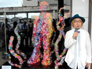 自身の作品の前で話す増田セバスチャンさん=2016年8月19日、青森県三沢市中央3丁目