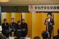 文化交流使指名書交付式であいさつする増田セバスチャンさん(右端)。同じく文化交流使に選ばれた音楽家の大友良英さんを前に、「あこがれのアーティストである大友さんとまさか肩を並べるようなことになるとは本当に思わなかった」=17日、東京・霞が関