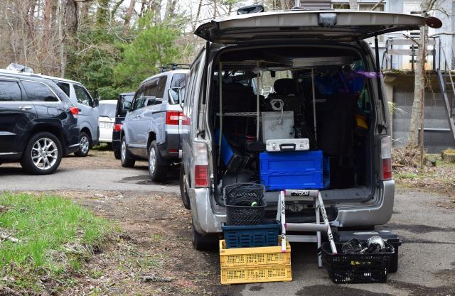 民家の庭には、機材を運んできた車など複数の車両がとまっていた