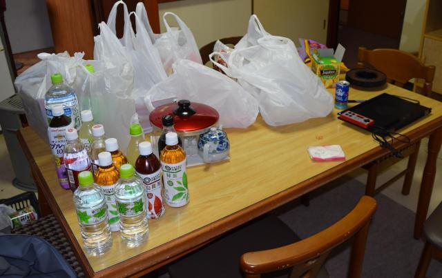 長丁場の撮影に備え、ペットボトルのお茶やお菓子などが豊富に置かれていた