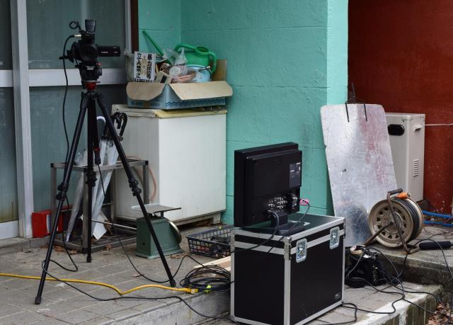 撮影に使われていた三脚とモニター。多くの機材を運び込んで撮影は実施されていた