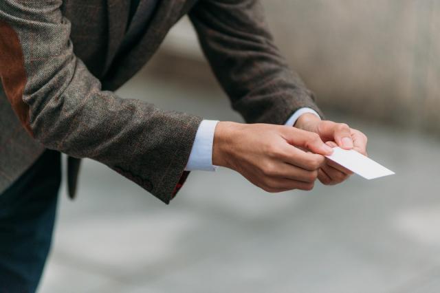 元スカウトの男性は「人を仕出ししている人間です」と語り、名刺を差し出すこともあった ※写真と記事は直接、関係ありません