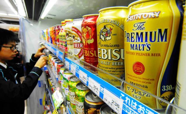 コンビニエンスストアの酒売り場に並ぶプレミアム(高級)ビール