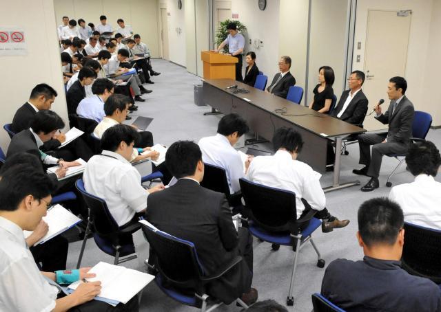 全国初の裁判員裁判を終え、会見する裁判員ら=2009年8月6日、東京地裁、代表撮影