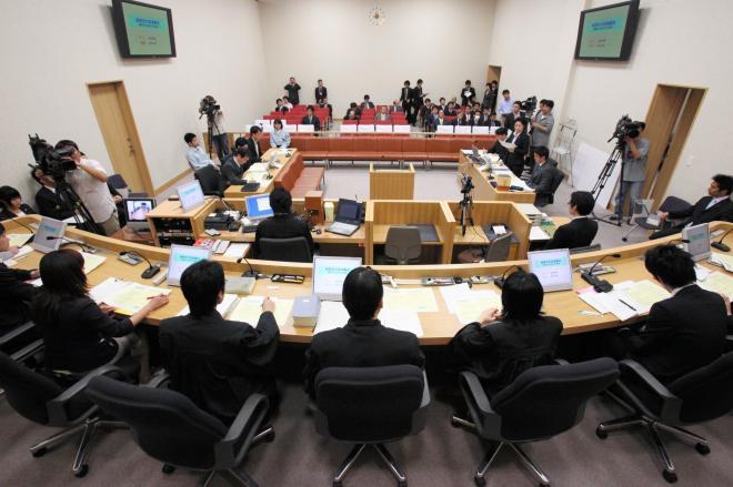 実際の裁判官、弁護士、検察官と、「裁判員役」がそろって開かれた模擬裁判=2009年5月21日、高松市の高松地裁