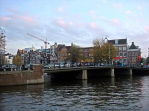 アムステルダムの運河沿いの街並み=2009年10月