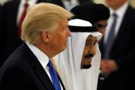 サルマン国王と歩く、サウジアラビアを訪問したトランプ大統領=2017年5月20日、ロイター