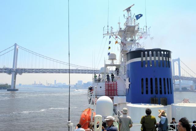 レインボーブリッジをくぐり総合訓練の海域へ向かう海上保安庁の巡視船「やしま」=5月20日、東京湾