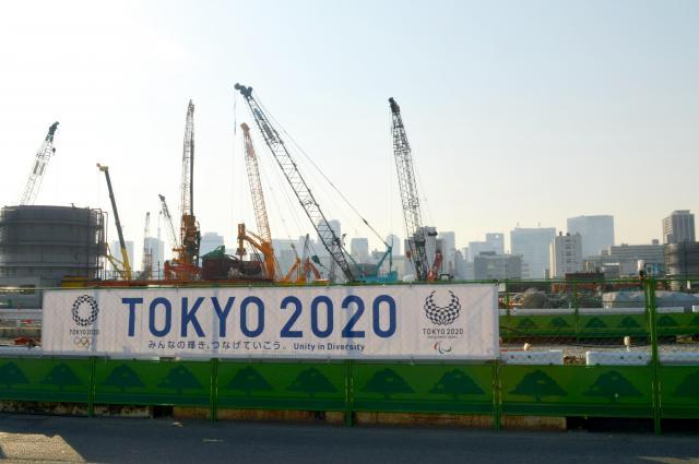 晴海ふ頭のすぐ隣にある、東京五輪選手村の工事現場=5月20日、東京都中央区晴海5丁目