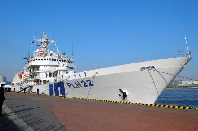 海上保安庁の総合訓練で報道陣が乗った巡視船「やしま」。石井啓一・国土交通相や中島敏・海上保安庁長官が載り、訓練を視閲した=5月20日、東京・晴海ふ頭