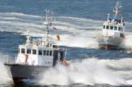 テロリスト役が乗った「容疑船」(手前)を追う海上保安庁の巡視艇「いそぎく」=5月20日、東京湾