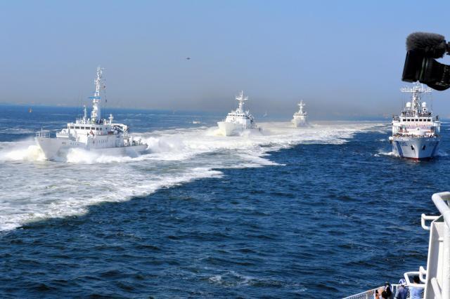 海上保安庁の総合訓練に参加した巡視船3隻が報道陣の乗った船を順に追い越していく。左から「かとり」「すずか」「ぶこう」=5月20日、東京湾