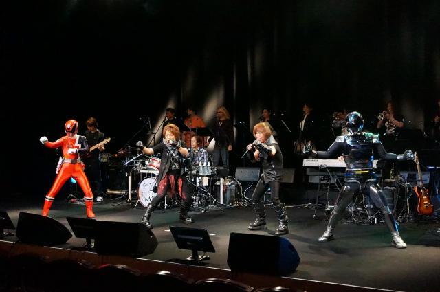 イベントの舞台でギャバンやデカレンジャーと共演する串田さん(右から2人目)