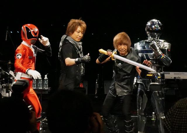 ギャバンやデカレンジャーと一緒にポーズをとる串田さんとYOFFYさん