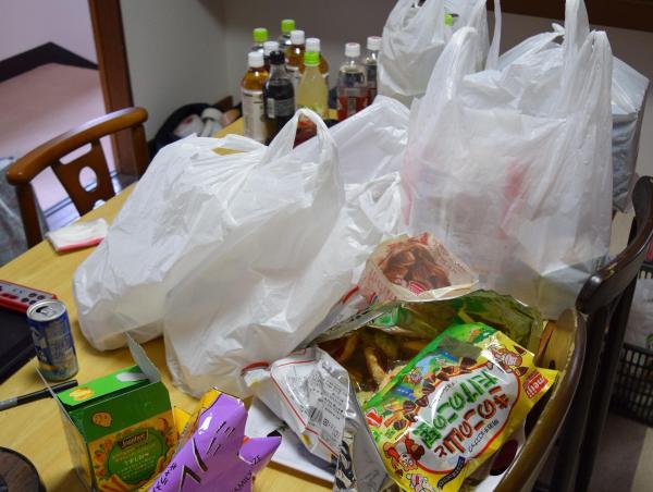 民家には、お菓子やお茶、ジュース類が豊富に置いてあった。女優、撮影スタッフは自由に口にしていた。ランチにはお弁当が配られた