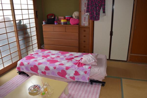 前半の撮影が行われた和室。ハートマークのカバーをしたベッドが置かれていた