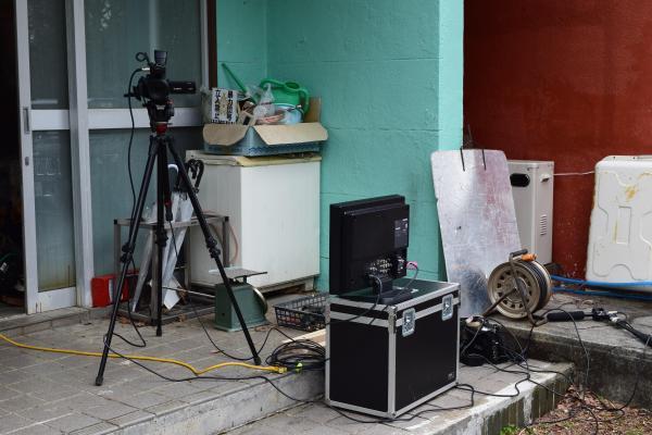 撮影に使われた三脚とモニター。多くの機材を運び込んで撮影は実施されていた