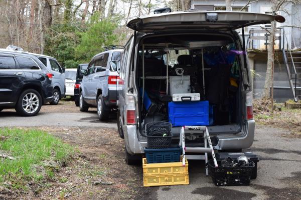 民家の庭には、機材を運んでいた車など複数の車両がとまっていた