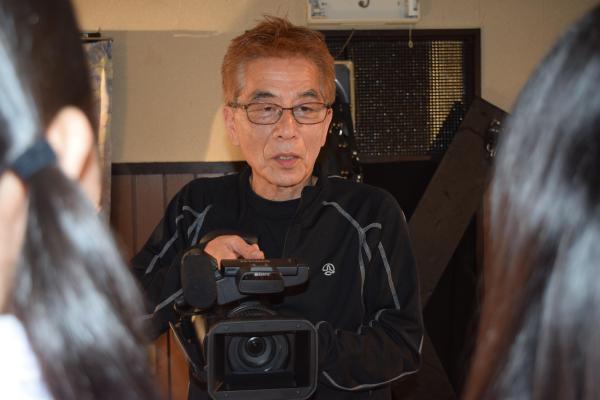 カメラを手に持ちながら、2人の女優に向き合う安達監督