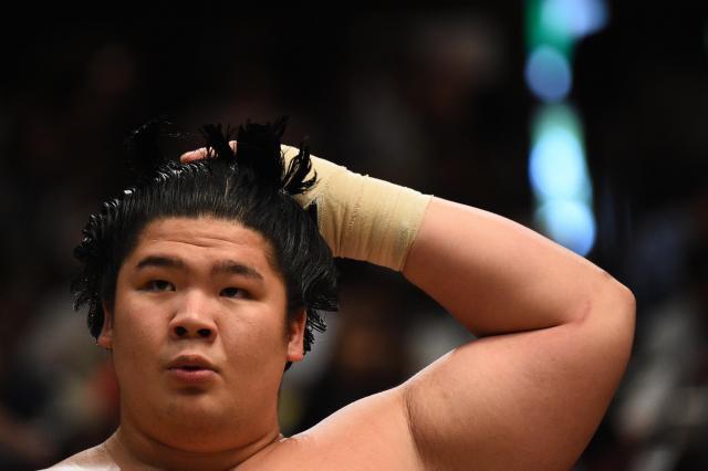 相手の懐にもぐりこむ宇良のような小兵力士は、まげが乱れることも多い=恵原弘太郎撮影