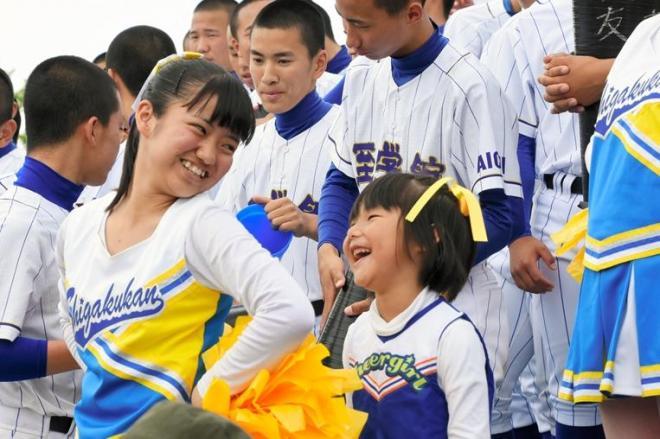 応援の合間に仲良しのチアリーダー菜津美さん(3年)と笑いあう林那奈夏(ななか)さん