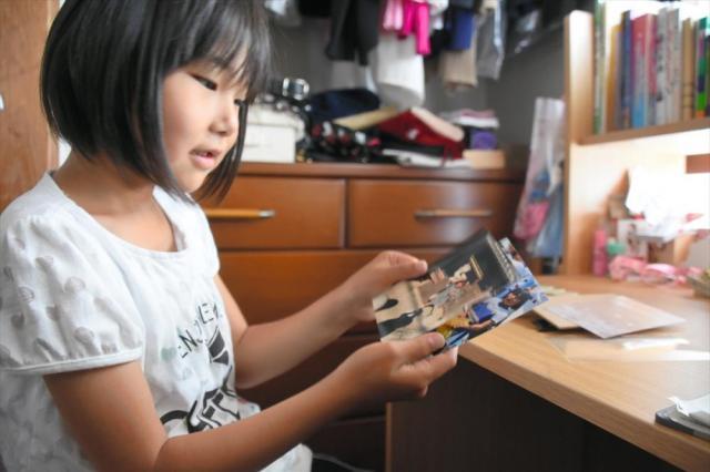机には、スタンドでチアリーダーと一緒に撮ったユニホーム姿の写真を飾る