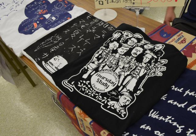 手前から2番目は、夏目漱石を中心に、漱石を慕っていた人たちをバンドに見立てたデザインのTシャツ。2800円です